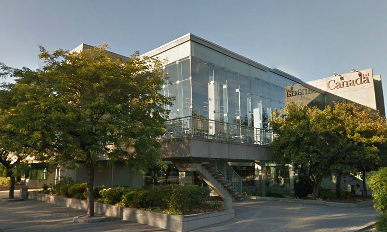 South Elevation Showing Glass Curtain Wall and Irregular Massing (Courtesy Google Maps)